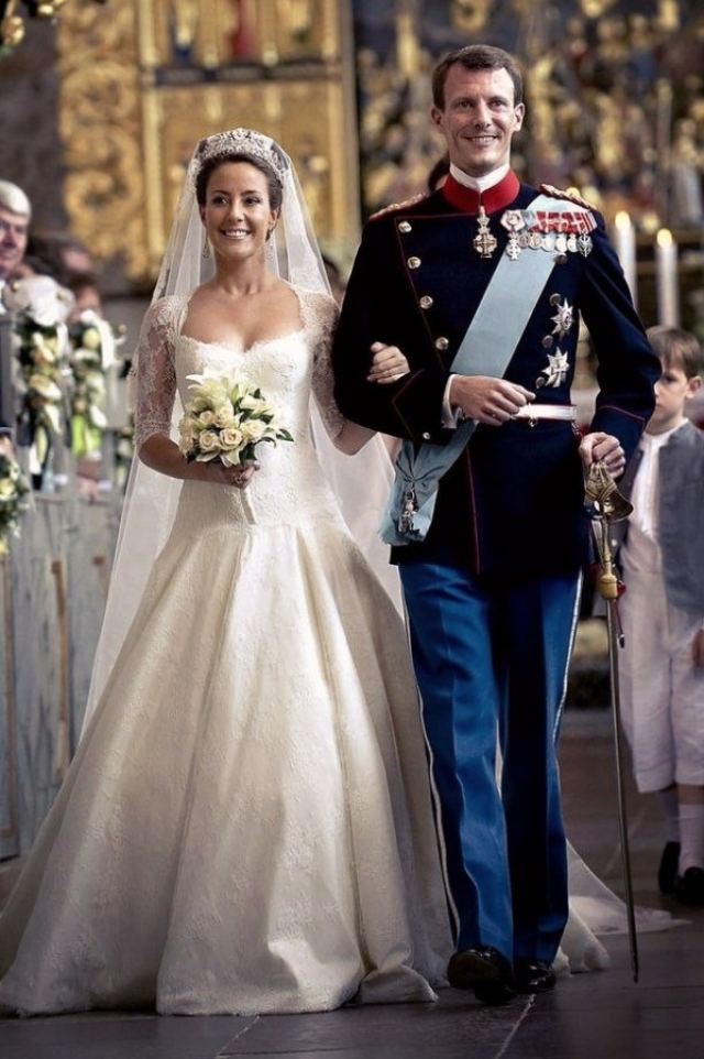 Свадьба стала по-королевски пышной и сказочно красивой, ведь невооруженным глазом было видно, что молодожены действительно влюблены друг в друга.