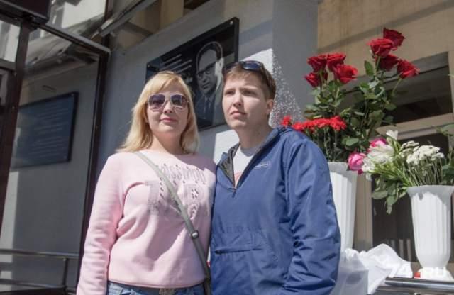 Сегодня близнецы Аня и Таня Коркины живут полноценной жизнью. О том, что они родились не такими, как все, они узнали только в 10 лет - и теперь им напоминают лишь фотографии, шрам на животе и отсутствие пупка.