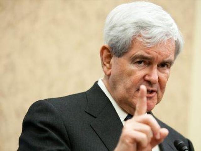 Но внезапно один из пингвинов решительно побежал на кандидата в президенты. Прежде чем Гингрич успел отреагировать, прыткая птица клюнула его в палец.