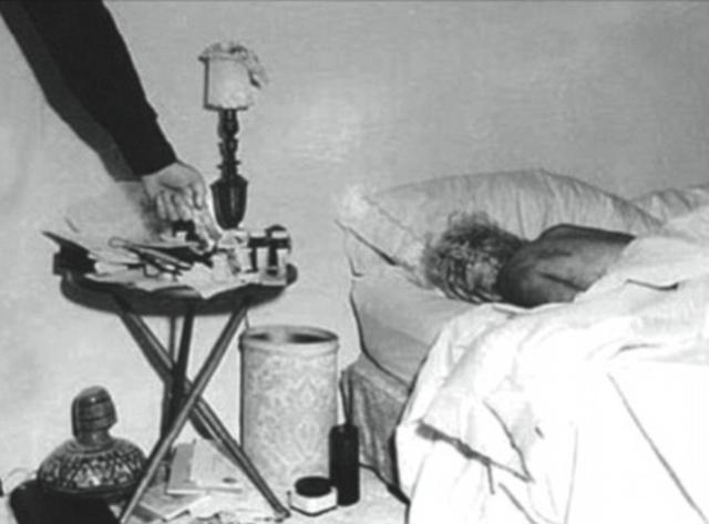 Мэрилин Монро. Звезда Голливуда была найдена мертвой в ночь с 4 на 5 августа 1962 года в своем доме в Лос-Анджелесе. Она лежала на кровати с телефонной трубкой в руке, а рядом лежала упаковка от снотворного.