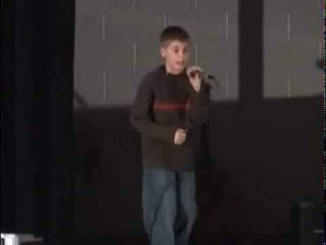 Когда будущему кумиру девочек было 12 лет, он занял второе место в конкурсе Stratford Idol. Мать была так горда успехами сына, что выложила в YouTube видеозаписи выступлений, чтобы показать их всем друзьям, и тогда его заметили по-настоящему.