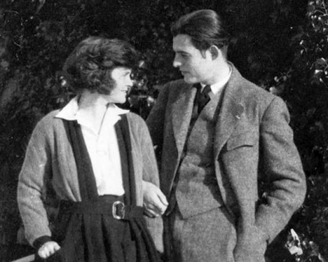 Через три года Эрнест женился на молодой пианистке Хэдли Ричардсон и вместе с ней отправился в Париж (Франция), в город, о котором он уже давно мечтал. После он был женат еще три раза.