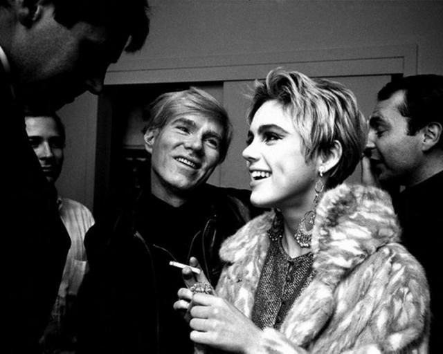 """Он, будучи геем, окрестил Эди его """"суперзвездой"""" и начал снимать в кино. Модель умерла в своей квартире в 28-летнем возрасте, рядом с мужем Майклом Бреттом Постом, от отравления барбитуратами."""