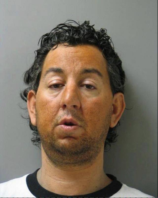 Билеты на концерт. 39-летний Роберт Лайонс в 2012 году был приговорен к сорока годам лишения свободы за жестокое убийство своей матери, совершенное четырьмя годами ранее.