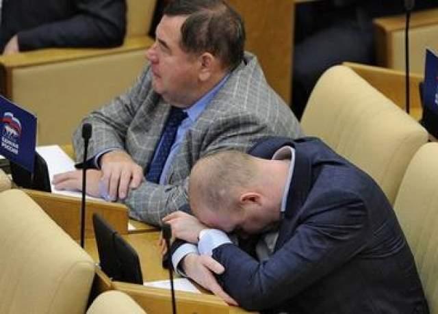 Заместитель председателя комитета Госдумы по делам национальностей Михаил Старшинов (справам) во время заседания подглядывает в шпаргалку на коленях, 2012 год.