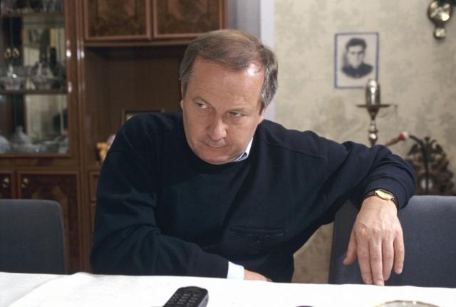 Скуратов отрицал подлинность записи. 19 апреля 2000 года он был окончательно освобожден от должности, а 11 мая 2001 года уголовное дело против него было прекращено, причем юридическое подтверждение подлинности пленки так и не было получено.