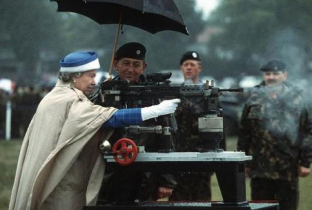 Королева умеет стрелять Это фото было сделано во время визита королевы на стрельбище в Суррее. Когда королеве показали эту винтовку L85, она не удержалась и сделала несколько выстрелов.