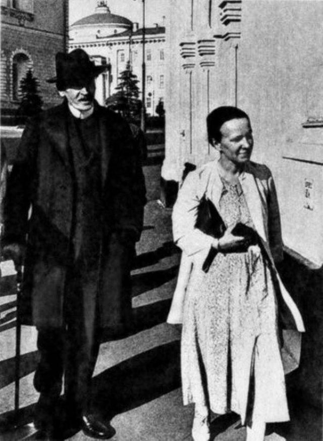 В 1928 году не на шутку заинтригованный Роллан, к тому времени уже более четверти века как разведенный, пригласил русскую поклонницу в Швейцарию, где в то время жил. Несмотря на многие препятствия, в 1934 году они поженились.