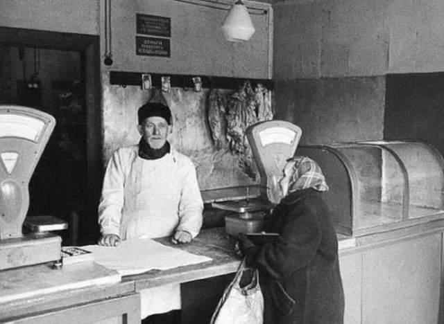 Продуктовый отдел в небольшом магазинчике в 1959 году - воплощение нищеты и безнадежности.