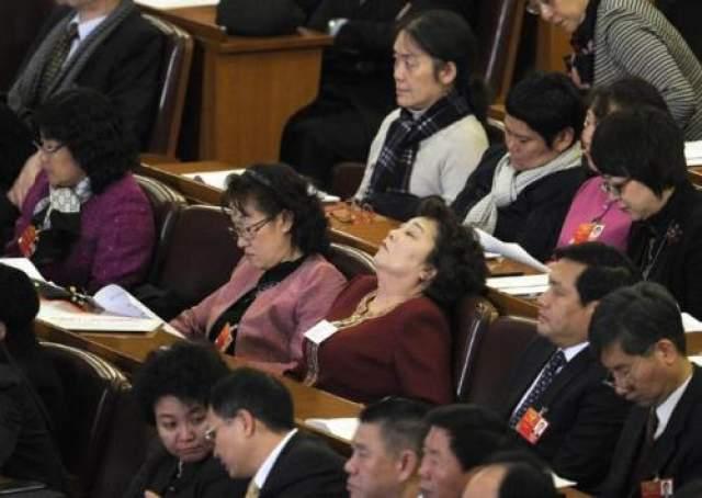 А заседание Народного политического консультативного совета так утомило одну даму, что она, не прячась, гордо откинувшись на спинку, сладко вздремнула. Коллеги между тем продолжили работать.