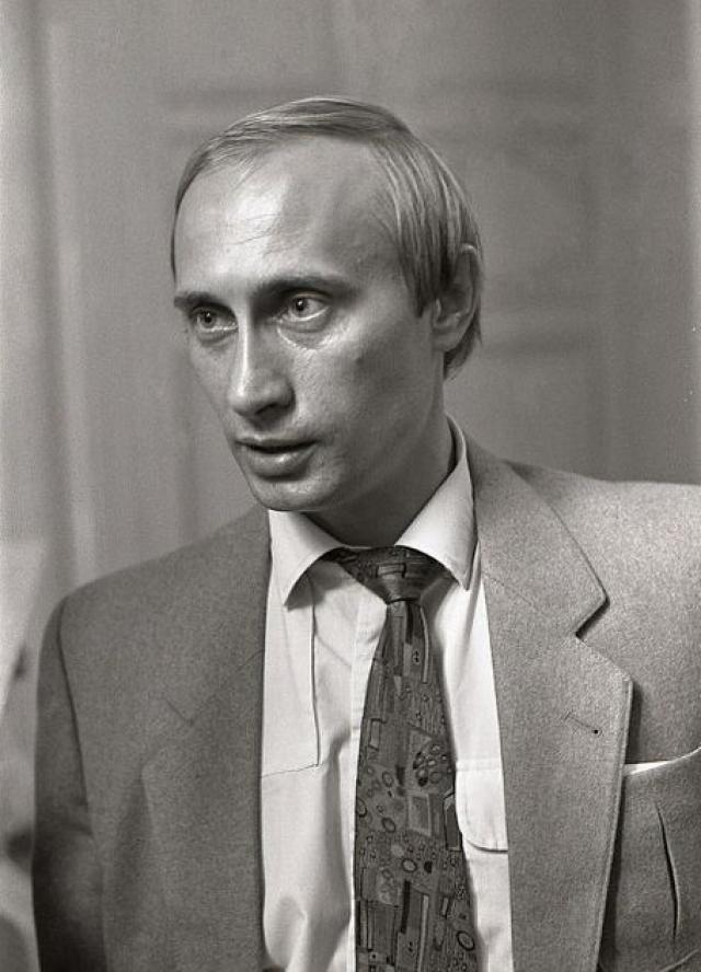Во время путча 1991 г. он одним из первых подал заявление о выходе из партии.