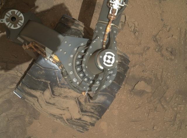 Камера MAHLI смотрит на колесо марсохода.