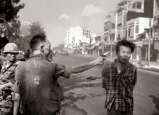 Адамс и Во Суу приготовились к съемке, ожидая, что последует обычная для южновьетнамской полиции процедура допроса с угрозами оружием, но вместо этого раздался выстрел.