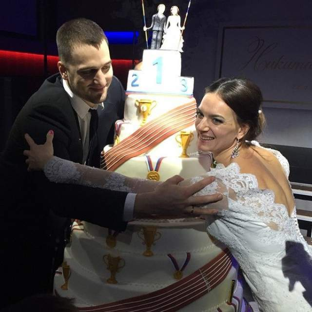 Молодой женщине захотелось семью и детей. 28 июня 2014 года Елена Исинбаева родила дочь Еву от метателя копья Никиты Петинова, который на восемь лет младшее нее. 12 декабря 2014 года она вышла за него замуж.