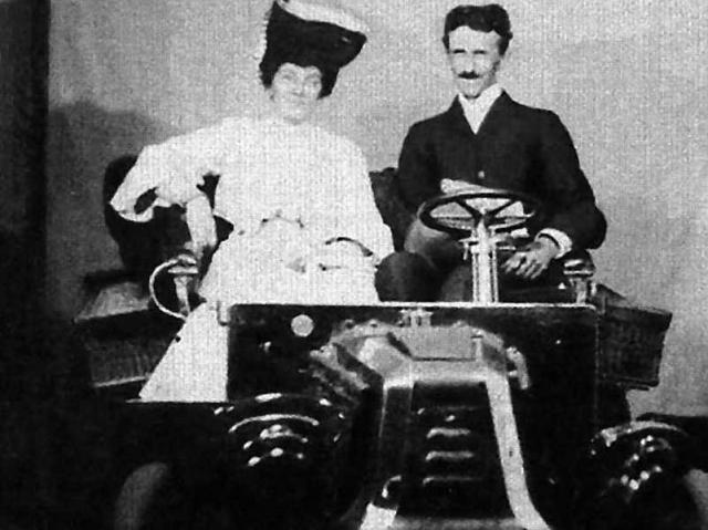 В 1931 году Тесла продемонстрировал еще один феномен: в обычном автомобиле бензиновый двигатель был заменен на электромотор, а под капотом была закреплена загадочная коробочка, из которой торчали два стерженька.