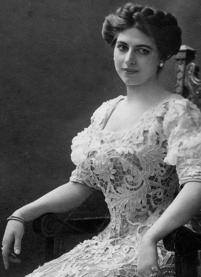 Мата Хари - Маргарета Гертруда Зелле. В детстве она успела получить хорошее образование, так как ее отец был богат. Однако в 1889 Адам обанкротился и вскоре развелся с женой. Мать Маргареты умерла в 1891.