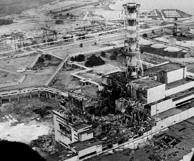 Первое сообщение об аварии на Чернобыльской АЭС появилось в советских СМИ лишь через 36 часов после взрыва на четвертом реакторе. Диктор припятской радиотрансляционной сети сообщил о сборе и временной эвакуации жителей города.