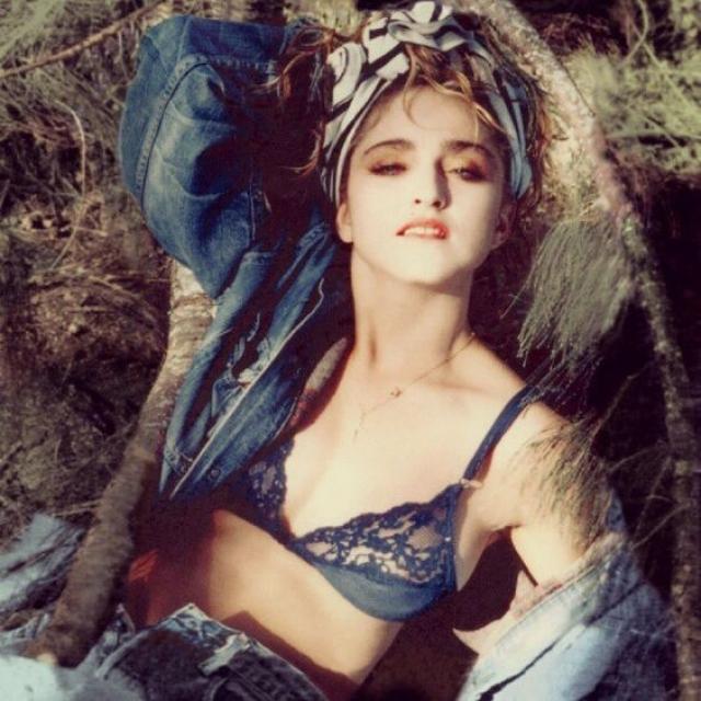 С 1981 года, когда в Америке официально разрешили рекламировать нижнее белье, обложки модных журналов запестрели фотографиями полуобнаженных красавиц. На фото - певица Мадонна .