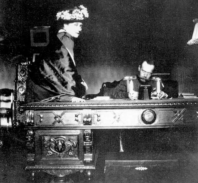 День последнего русского императора проходил, как правило, по расписанию: Николай вставал в семь утра, завтракал и уединялся в рабочем кабинете, чтобы начать работу.