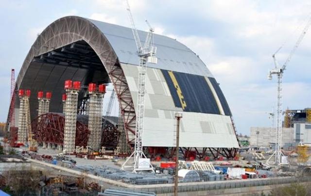 В полностью собранном состоянии новый безопасный ограничительный саркофаг будет иметь длину 257 метров, ширину 164 метра, высоту 110 метров и вес 29000 тонн. Работы по его возведению планируется завершить к 2018 году.