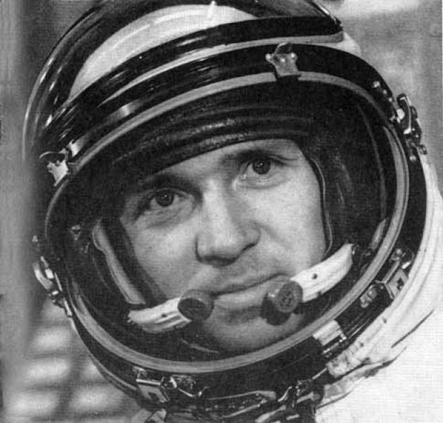 """Г. Береговой и В. Лебедев. Во время стыковки станций """"Салют-7"""" и """"Союз-TS"""" с """"Прогрессом-14"""" над Западной Африкой космонавты видели, как между ними пролетел вверх каплевидный объект."""
