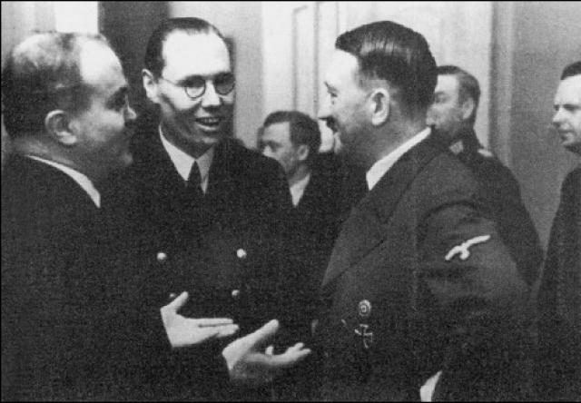 """На все претензии Молотова Гитлер повторил то, что он уже говорил накануне, и перевел тему на проблему углубления союза. Молотов ответил, что и он, и советское правительство, и Сталин не против, """"но чтобы подвести под эти отношения долговременную основу, должны быть также разрешены вопросы, которые хотя и не имеют подобного значения, но все-таки отравляют атмосферу германо-советских отношений"""" ."""