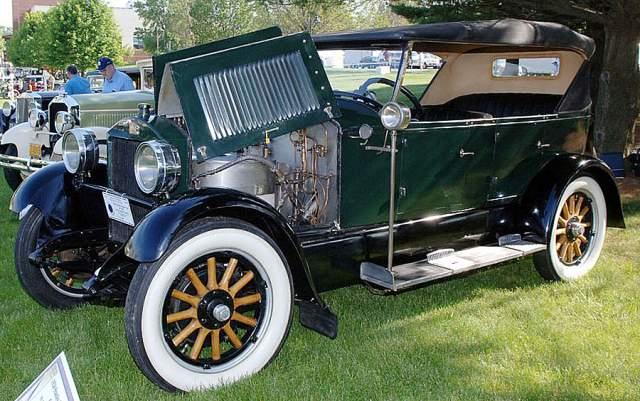 В 1918 году они продали бизнес. И год спустя Фрэнсис разбился на своей машине, объезжая препятствие: врезался в поленницу и его автомобиль перевернулся.