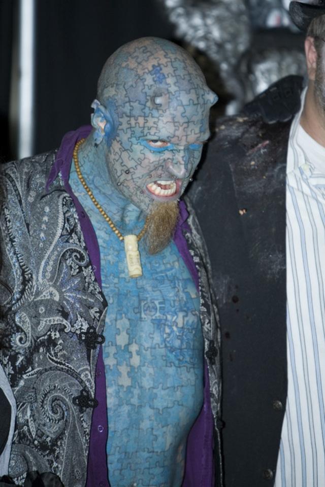 """Пол Лоуренс - """"Энигма"""". На его теле нарисованы голубые детали мозаики-пазла."""