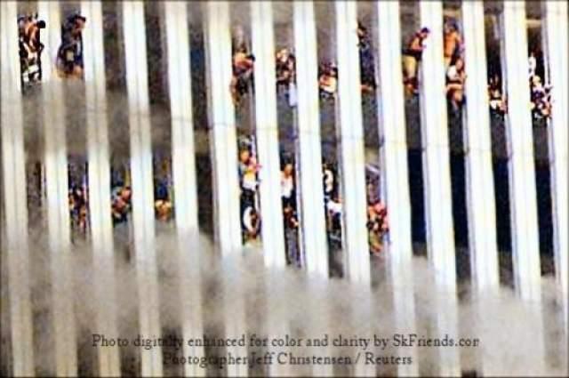 """В 1996 году бен Ладен издал свою первую фетву """"Декларация войны американцам, оккупировавшим Земли Двух Святых мест"""". Вторая фетва, выпущенная в 1998 году призывает последователей """"убивать американцев повсюду"""". В ней бен Ладен обвинил Америку в поддержке Израиля, а также в присутствии после Войны в Заливе американских войск на территории Саудовской Аравии."""