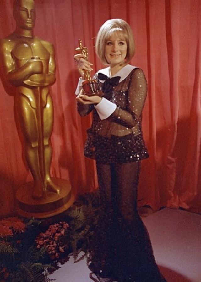 "Барбра Стрейзанд на церемонии ""Оскар"", 1969 год. Немного нелепо, правда?"