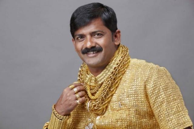 Индийский землевладелец Даттатрай Пхуге носит столько золота, сколько в силах удержать на себе, в том числе рубашку стоимостью $220 тыс. из чистого золота.