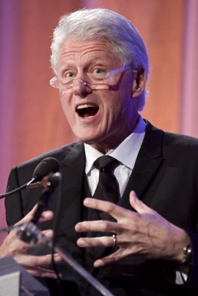Билл Клинтон Наверняка все помнят скандал, разразившийся в январе 1998 года, когда стало ясно, что Билл изменял своей жене Хилари с Моникой Левински. Но стоит заметить, что на браке этой пары интрижка Клинтона и Левински не сказалась.