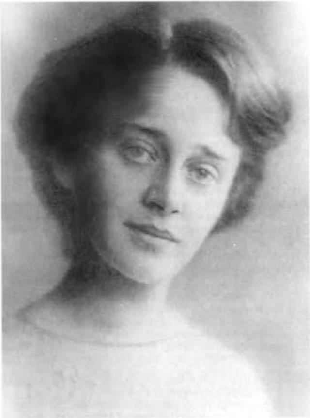 София Парнок – первая русская поэтесса, в творчестве которой любовь женщины к женщине занимает центральное место. Сочинять стихи начала в гимназические годы, возможно, под впечатлением первой любви к подруге Надежде Поляковой, роман с которой продлился пять лет.