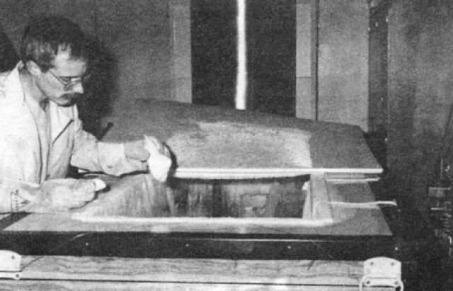 Ученый умер в 2006 году и был крионически сохранен.