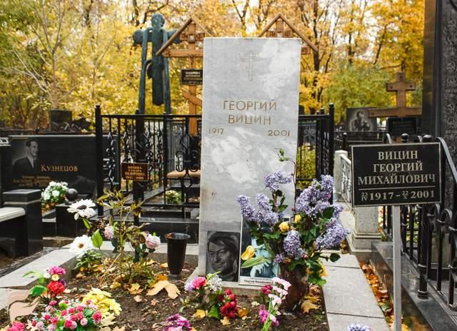 Собрать средства на памятник и ограду могилы не могли всем миром несколько лет.