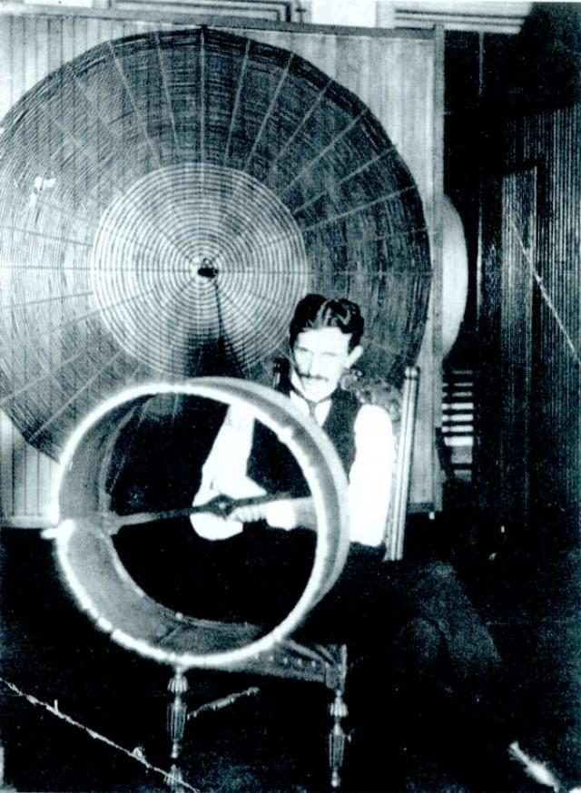 В 1898 году в парке Мэдисон-Сквер прошла презентация нового изобретения Теслы. Ученый шокировал зрителей, показав им небольшой кораблик, который двигался посреди пруда, следуя его приказам.