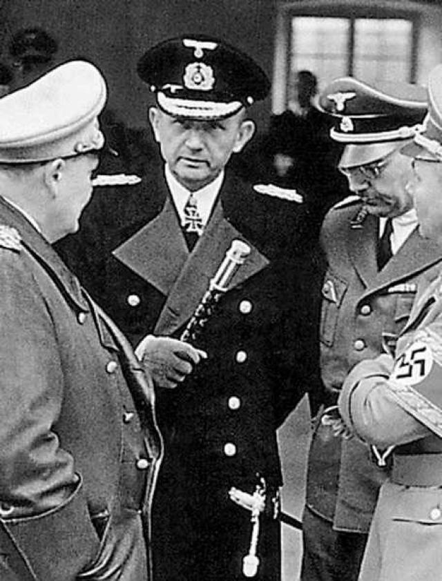 """Уже на следующий день после потопления """"Штойбена"""" Главнокомандующий ВМС Германии гросс-адмирал К.Дениц доложил фюреру о катастрофе."""