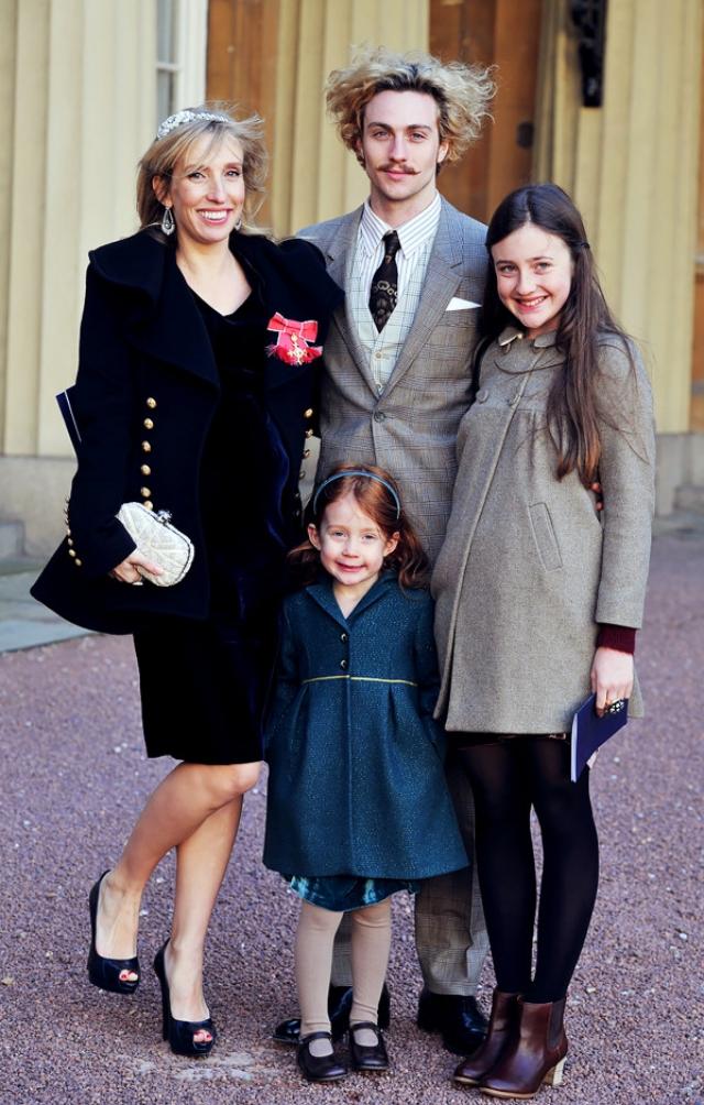 Более того, Джонсон пытается заменить отца и двум дочерям Тэйлор-Вуд от первого брака. Сложно в это поверить, но сейчас Аарону всего 23 года, а он уже воспитывает четверых детей!