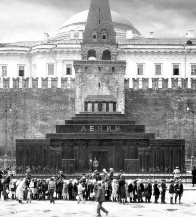 Во втором временном деревянном Мавзолее, установленном весной 1924 года (проект А. В. Щусева), к ступенчатому объему были пристроены с двух сторон трибуны.[8] Первоначальный проект саркофага был реализован в кратчайшие. Этот саркофаг стоял в мавзолее вплоть до окончания Великой Отечественной войны.