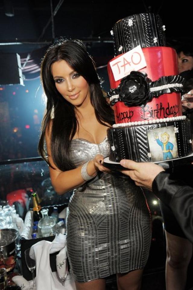 В 2012 году ночной клуб Tao (Лас-Вегас) пригасил Ким Кардашян на новогоднюю вечеринку в качестве VIP-гостьи. Конечно, звезда могла отметить Новый год где угодно, но когда ей предложили за выход в свет $600 тыс., Ким не стала раздумывать.