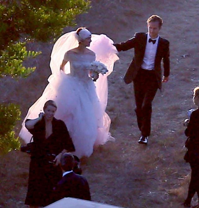 Местом для свадебной церемонии они выбрали загородное имение, расположенном в Калифорнии, с роскошным видом на побережье. На свадьбе присутствовало около 180 человек, один из которых и обнародовал фото.