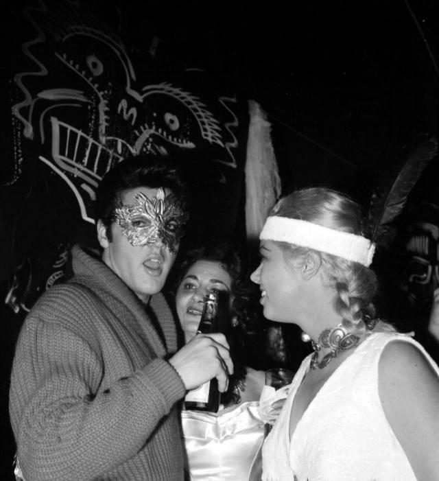 """После этого довольно быстро Элвис уже не мог уснуть без лекарств. По возвращению из армии в Голливуд с его вечеринками и ночной жизнью у """"короля"""" началась настоящая зависимость."""