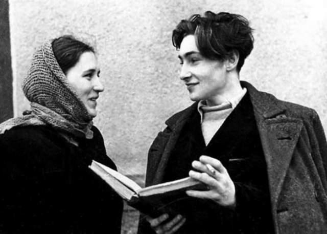 """Нонна Мордюкова и Вячеслав Тихонов. Начинающие актеры познакомились в 1947 году на съемках фильма """"Молодая гвардия"""", когда Вячеславу было 19 лет, а Нонне - 22."""