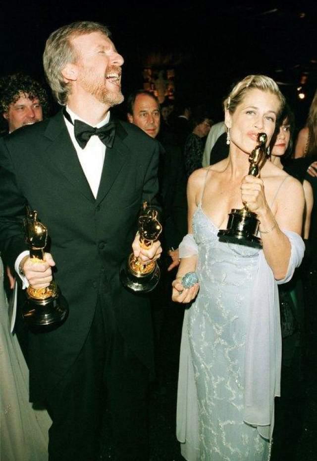 """Четыре раза пытал счастье в официальных отношениях режиссер """"Титаника"""" и """"Аватара"""" Джеймс Кэмерон, но все попытки оказались неудачными. Со своей первой супругой, официанткой Шерон Уильямс, Кэмерон расстался полюбовно: режиссерская карьера отнимала все свободное время, поэтому пара решила разойтись. На фото: Джеймс Кэмерон и Линда Хамилтон"""