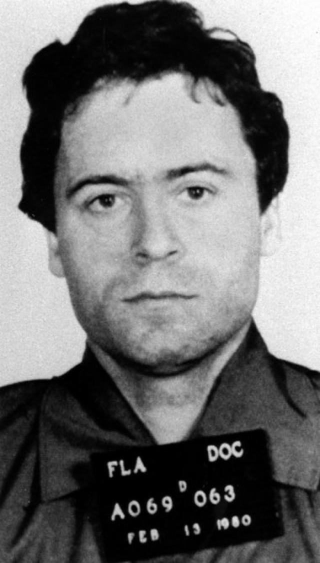 """24 января 1989 года в США был казнен один из самых знаменитых серийных убийц — Тед Банди , который получил прозвище """"Нейлоновый убийца"""" за то, что душил жертв нейлоновыми чулками."""