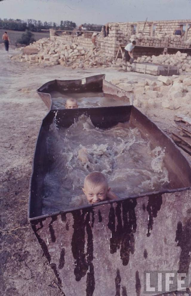 Счастливые дети в импровизированном бассейне.