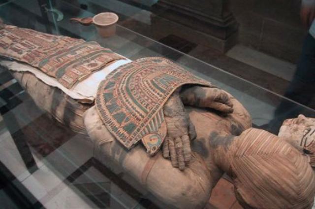Сразу после вскрытия гробницы руководитель раскопок Заки Хавасса был сражен сердечным приступом, врачи едва успели спасти его с помощью сильнодействующих лекарств.