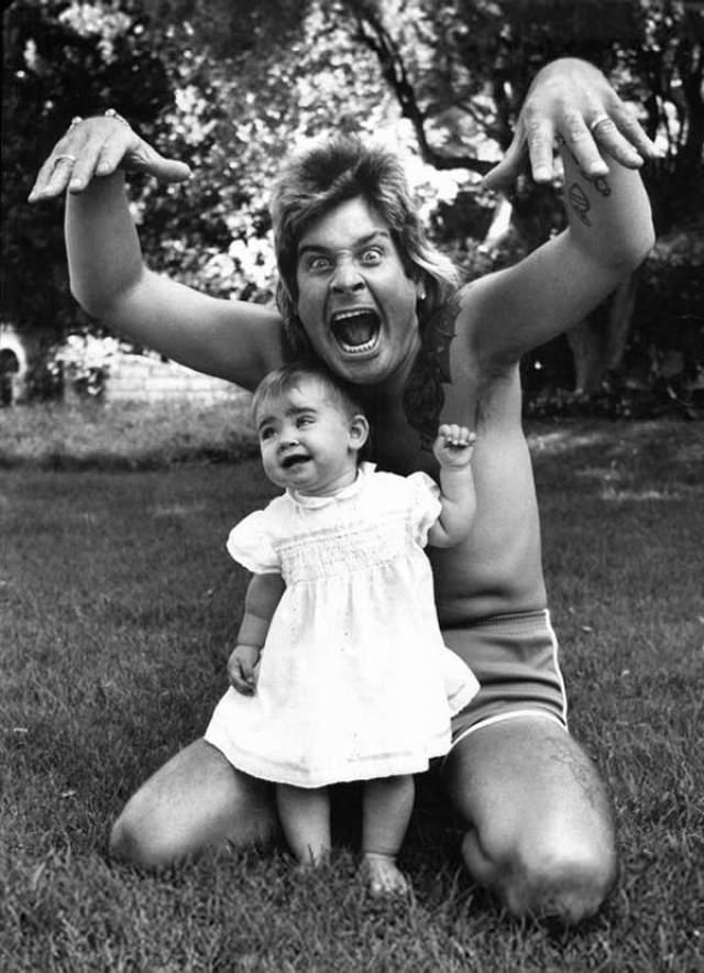 Оззи Осборн развлекает свою старшую дочь Эйми.