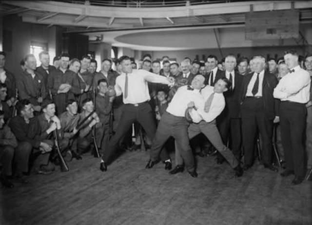 Удары спровоцировали разрыв аппендикса, в результате которого развился перитонит. В то время (1926 год) антибиотиков еще не существовало. Гарри Гудини умер в Детройте 31 октября 1926 года.