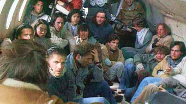 13 октября 1972 года авиалайнер Fairchild FH-227D двигался по маршруту Монтевидео—Мендоса—Сантьяго. На борту было пять членов экипажа и 40 пассажиров - члены регбийной команды Old Cristians, их родственники и спонсоры. На подлете к Сантьяго лайнер попал в циклон, врезался в скалу и рухнул у подножия горы — потухшего вулкана Тингуиририка.